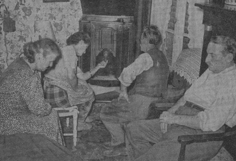 Une famille écoute le discours de Nuremberg à la radio
