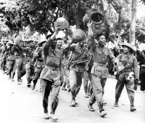 Quelles radios émettaient au Vietnam avant le départ des Français ?